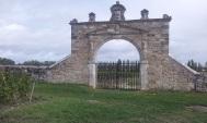 Entrée latérale du château d'Issan